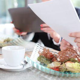 Voiko työnantaja korvata koulutusmatkan lounaskustannuksen?